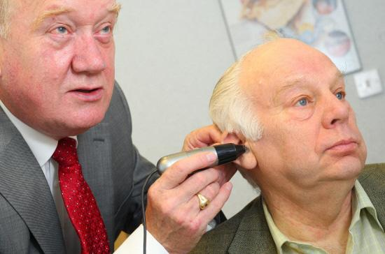 This is The West Country: £5 FOR LEGION: Ted Garrett, hearing aid audiologist, gives Bill Bestford a hearing test