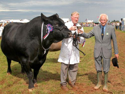 ormer show chairman Edward Down presents Colin Hutchings with his prize at a past Dunster show. PHOTO: Steve Guscott
