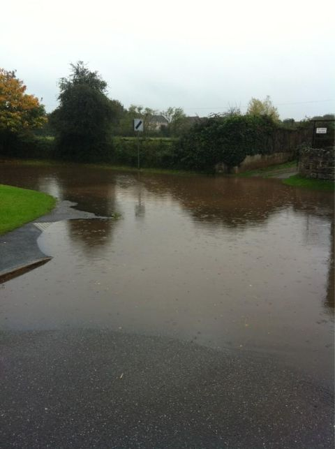 Heavy rain causes floods on Somerset roads